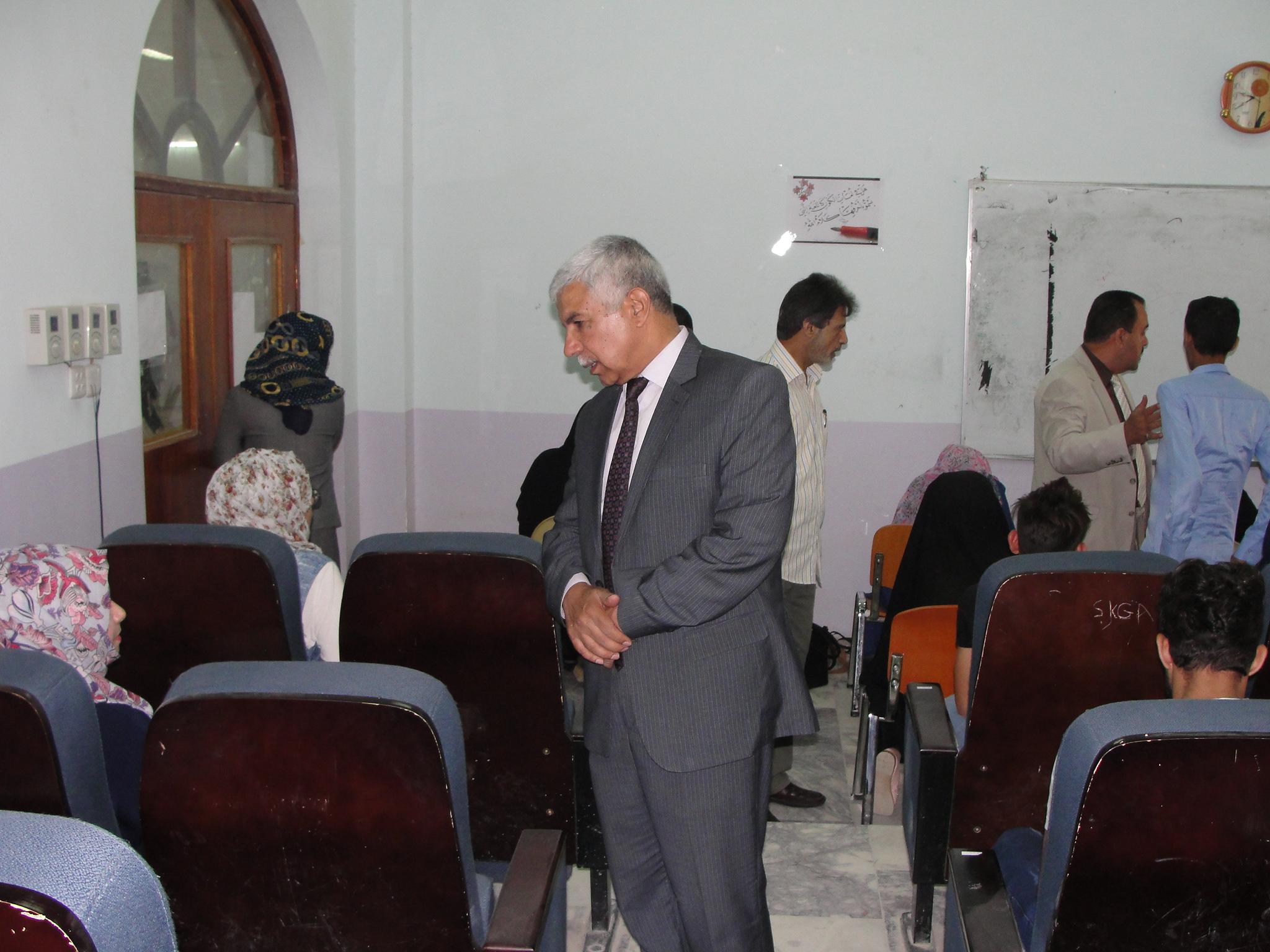 السيد مساعد رئيس جامعة القادسية يتفقد قاعات الامتحان التقويمي لكلية الآداب