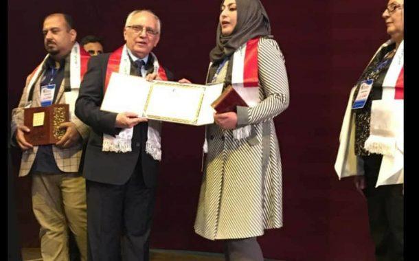 السيد وزير التعليم العالي والبحث العلمي يكرم تدريسية في كلية العلوم  لفوزها بيوم العلم العراقي