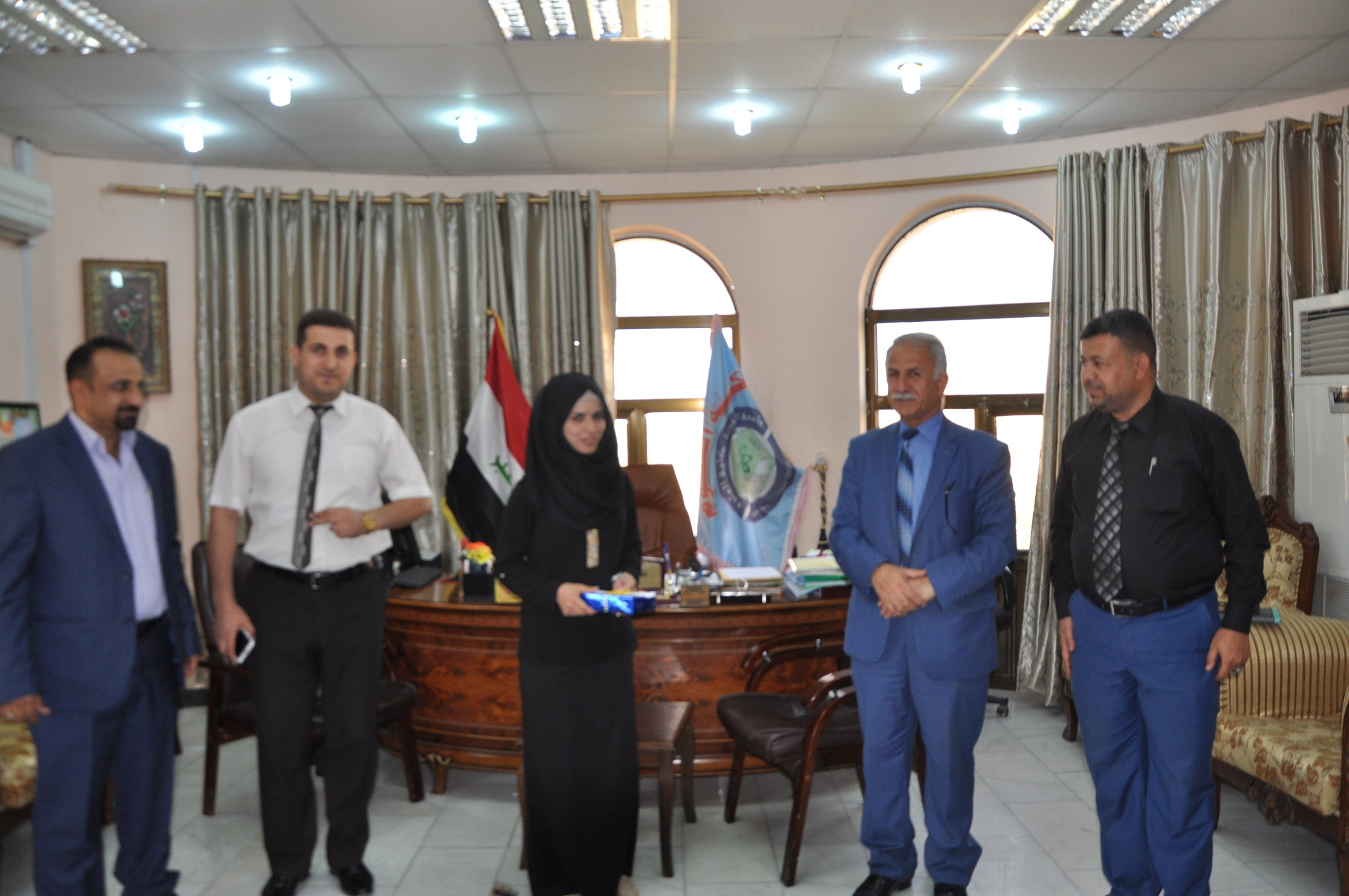 السيد عميد كلية العلوم يكرم الطلبة الاوائل على الكلية