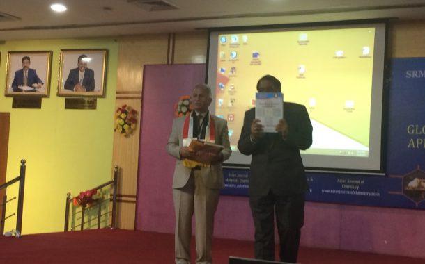 عميد كلية العلوم يوزع الاصدار الجديد من مجلة القادسية للعلوم الصرفة بمؤتمر الكيمياء في الهند