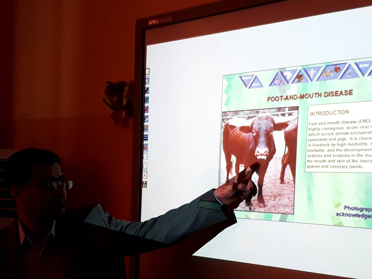 كلية الطب البيطري /جامعة القادسية تقيم حلقة نقاشية عن الأمراض الفيروسية الجلدية التي تصيب الأبقار في محافظة الديوانية