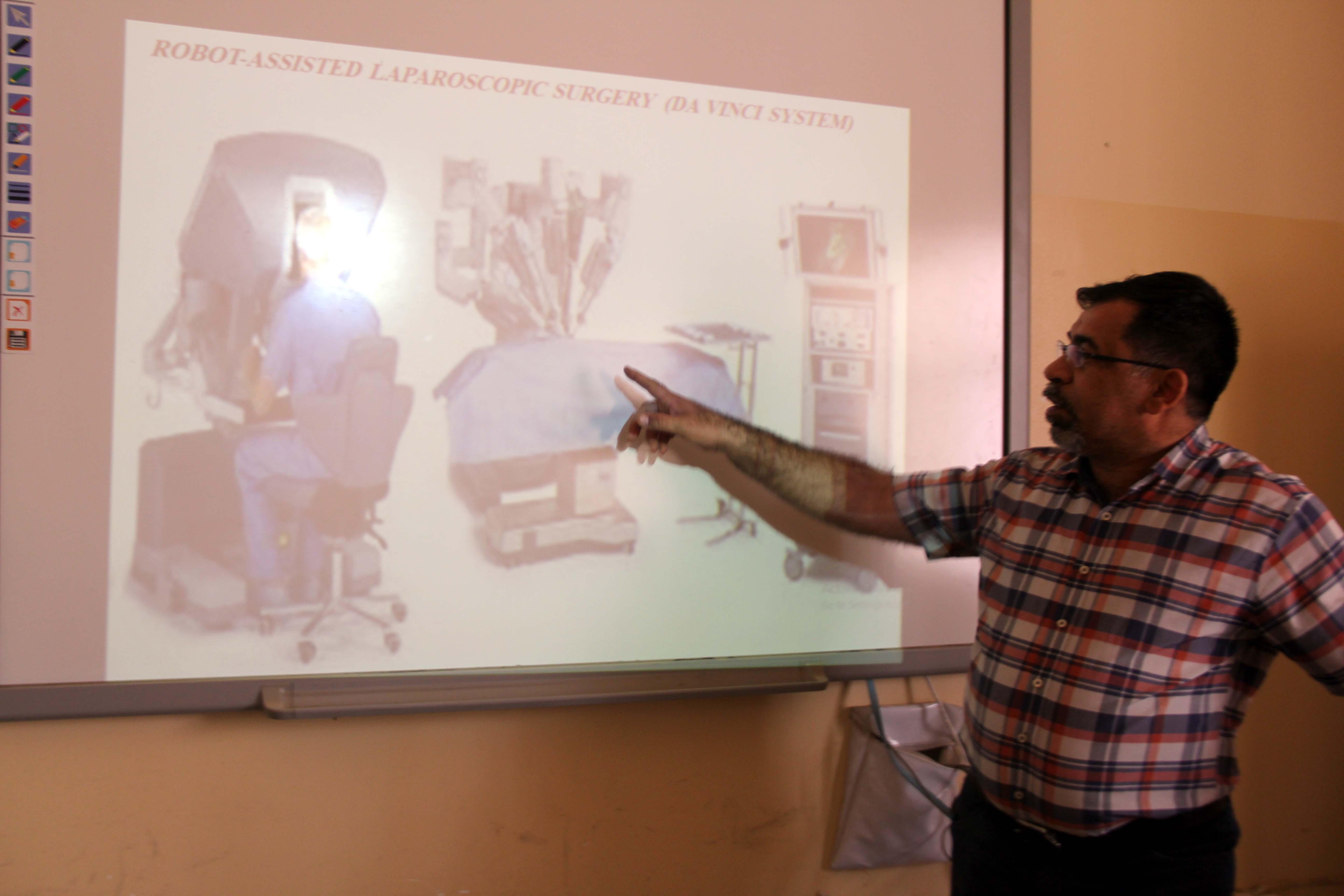 كلية الطب البيطري بجامعة القادسية تقيم حلقة نقاشية حول استخدام روبورت دافنشي في الجراحة المنظارية