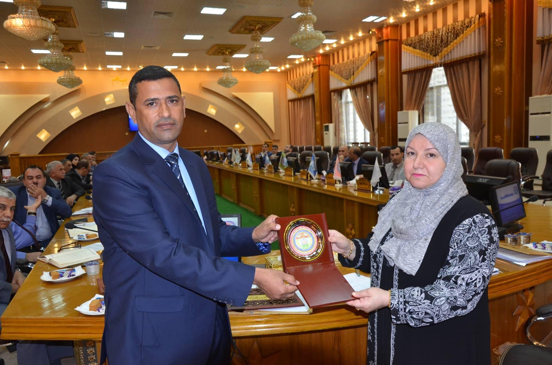رئيس جامعة القادسية يكرم عددا من التدريسيين المتميزين