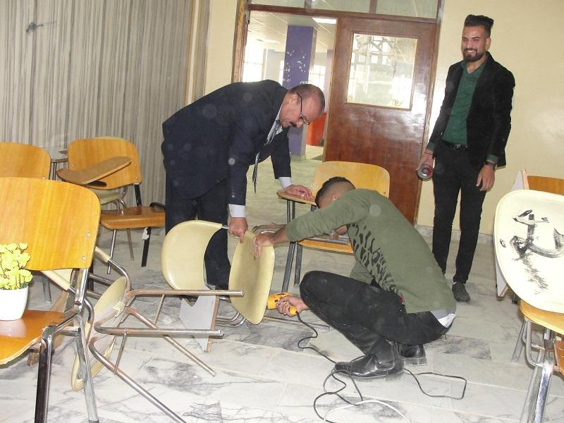 كلية الآداب في جامعة القادسية تنظم حملة لصيانة الكراسي ومكاتب التدرسيين