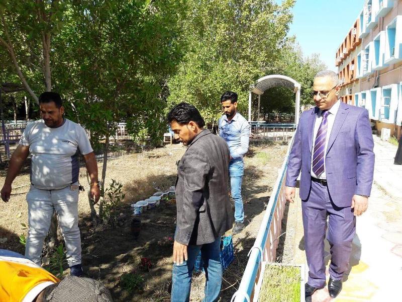 كلية الاثار في جامعة القادسية تقوم بحملة تطوعية لزراعة حدائق الكلية