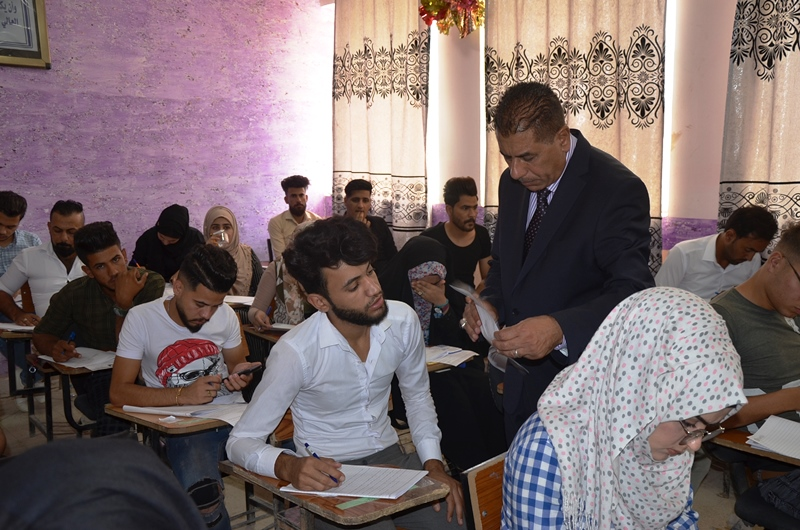 رئيس جامعة القادسية يتفقد القاعات الامتحانية للامتحان التقويمي النهائي