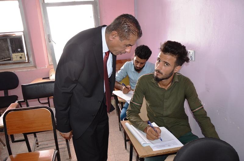 رئيس جامعة القادسية الاستاذ الدكتور كاظم جبر الجبوري يتفقد القاعات الامتحانية في قسم اللغة الانكليزية بكلية التربية
