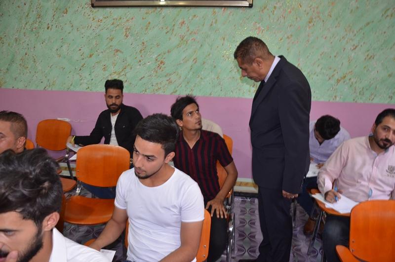 رئيس جامعة القادسية يتفقد القاعات الامتحانية لطلبة الكورس المكثف في كلية الادارة والاقتصاد