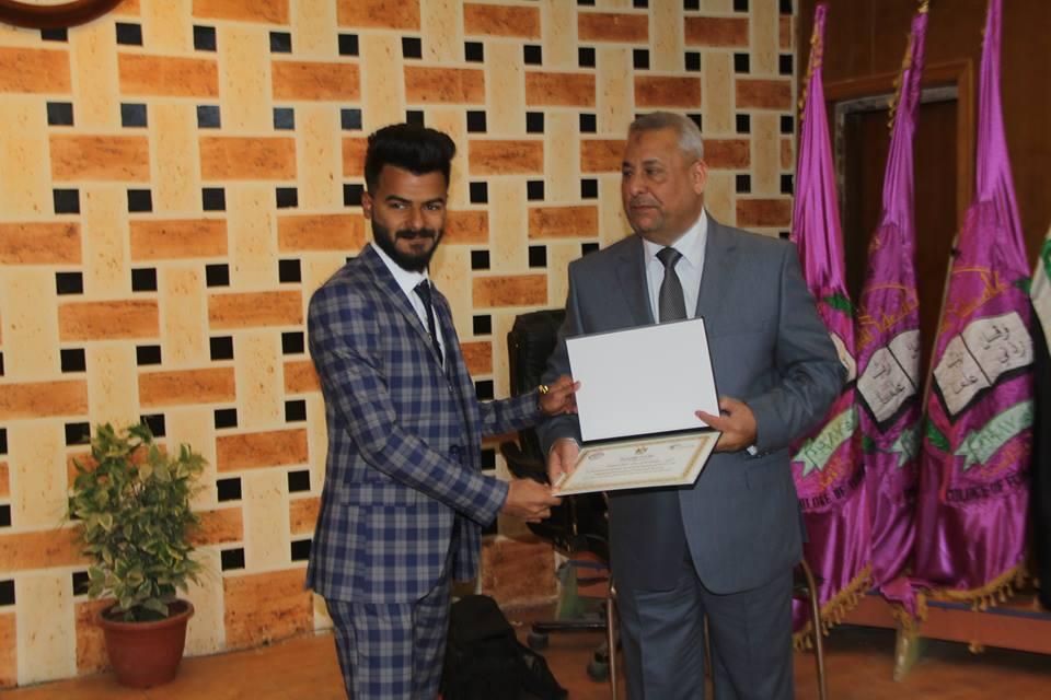 طالب من كلية الطب البيطري / جامعة القادسية يحصل على شهادة تقديرية لمناسبة العيد الثلاثين لتأسيس جامعة القادسية