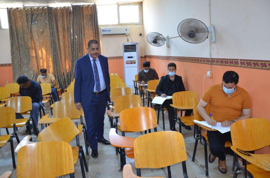 رئيس جامعة القادسية يتفقد اداء امتحانات الدور الثاني النهائية الحضورية للدراسات العليا والاولية